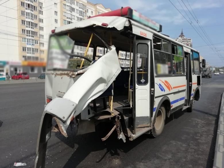 Автобус остался без зада после ДТП с «Газелью» в Томске