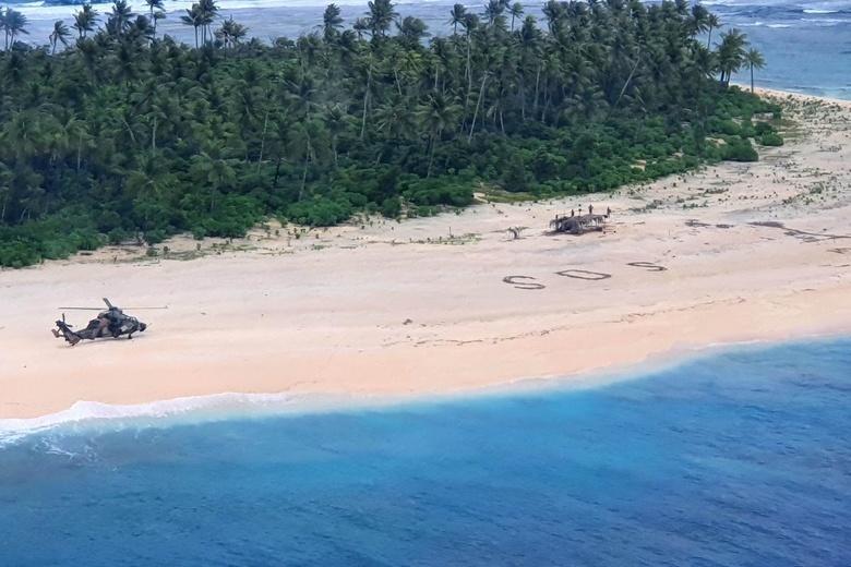 На необитаемом островев Тихом океане нашли троих моряков. Они написали SOS на песке