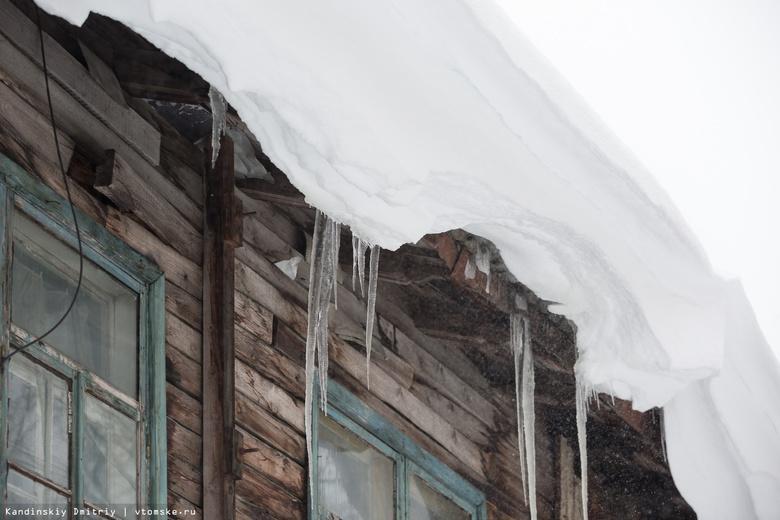 Пенсионерка получила перелом позвоночника после падения снежной глыбы на Алтайской