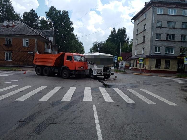 КамАЗ врезался в автобус с пассажирами в Северске