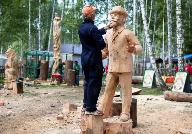 «Сейчас вылетит птичка!»: мастера «Праздника топора» рассказали о своих скульптурах