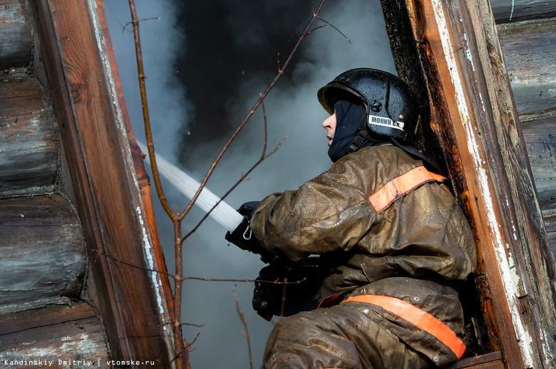 Частный жилой дом горит в Томске