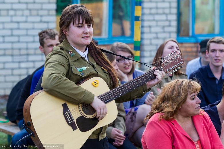 Бойцы томских студотрядов споют под гитару в трамваях