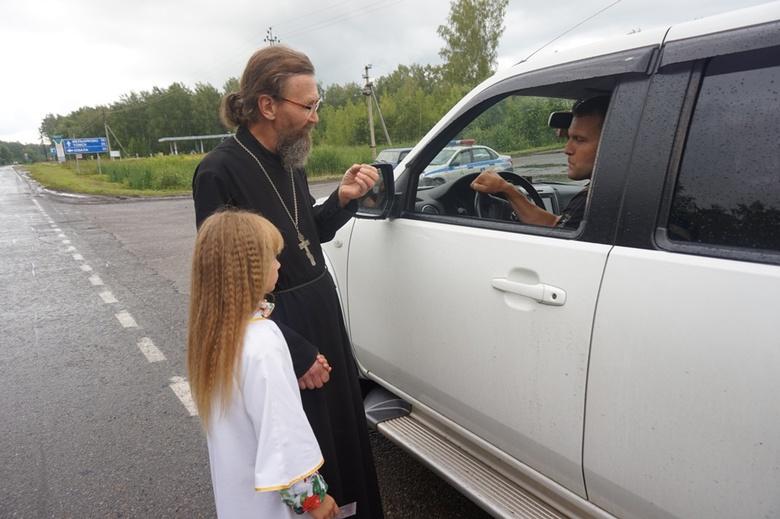 Священник вышел в рейд с ГИБДД на томские дороги и вручил водителям иконы