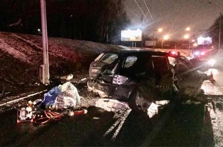 Элитный внедорожник въехал в столб ночью на Каштаке, погибла пассажирка