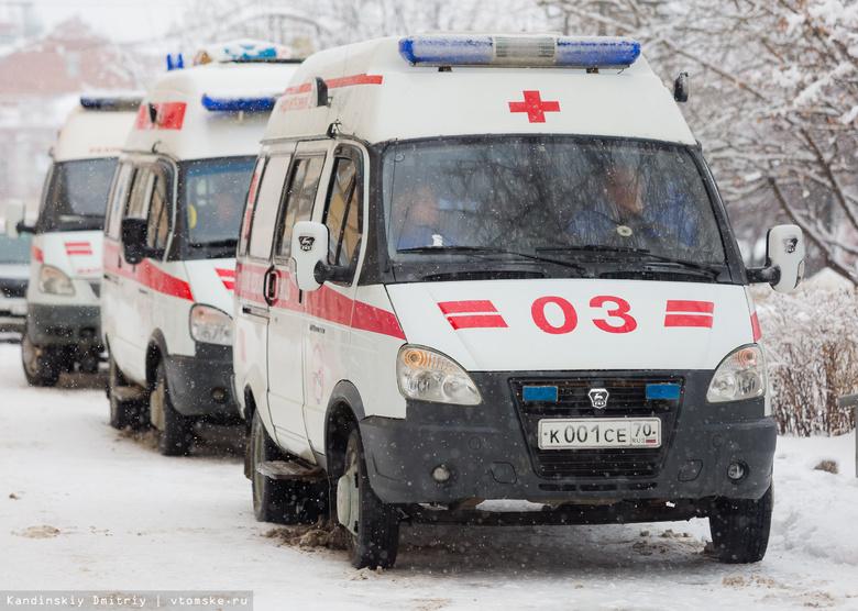 Иномарка врезалась в столб под Томском, двое пострадали