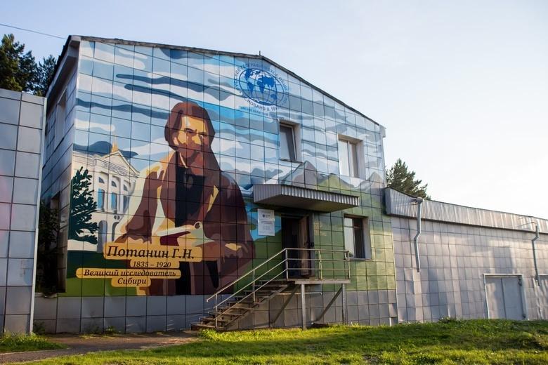 Портрет Григория Потанина появился на фасаде здания ТНЦ в Академгородке
