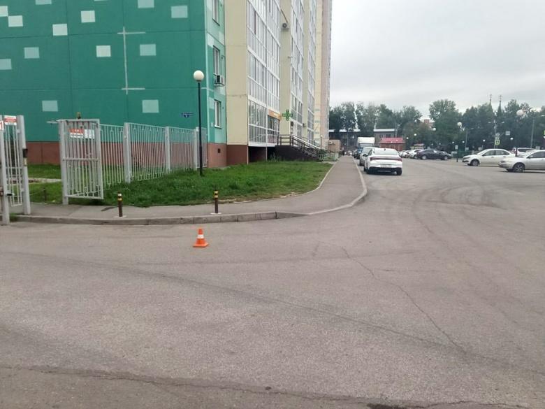Неизвестный водитель сбил ребенка во дворе дома в Томске и скрылся
